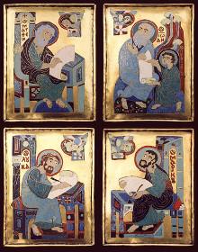من كتب الأناجيل؟