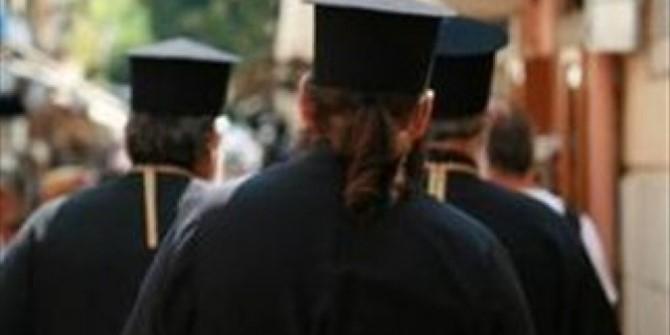 الكاهن وحياته