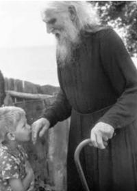 لماذا نقبّل يد الكاهن أو الأسقف؟