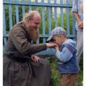 كيف ندعو الكاهن أبانا؟
